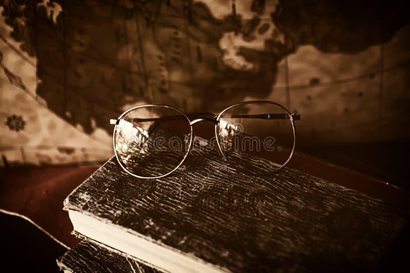 Vidros e livros fotos de stock
