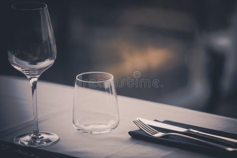 Vidros e mercadorias vazios do prato imagem de stock royalty free