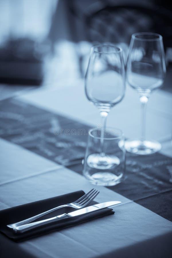Vidros e mercadorias vazios do prato imagens de stock royalty free