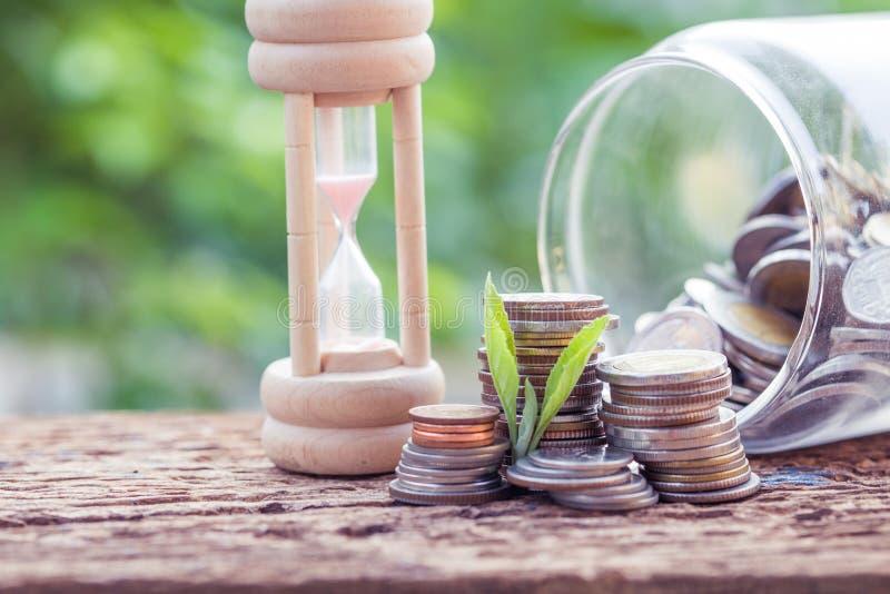 Vidros e moedas na tabela com fundo verde foto de stock royalty free