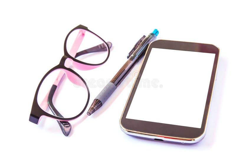 Vidros e pena espertos do telefone no fundo branco fotografia de stock
