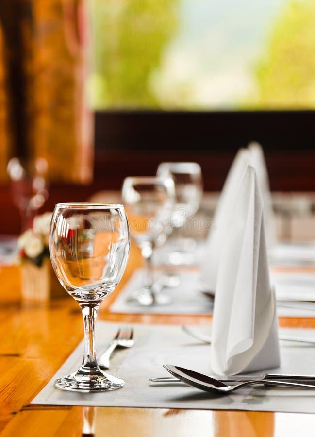 Vidros e placas na tabela no restaurante imagem de stock royalty free
