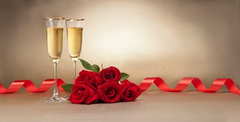 Vidros e rosas de Champagne foto de stock