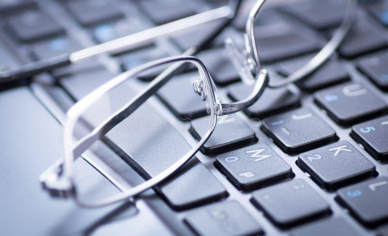 Vidros em um teclado imagens de stock royalty free