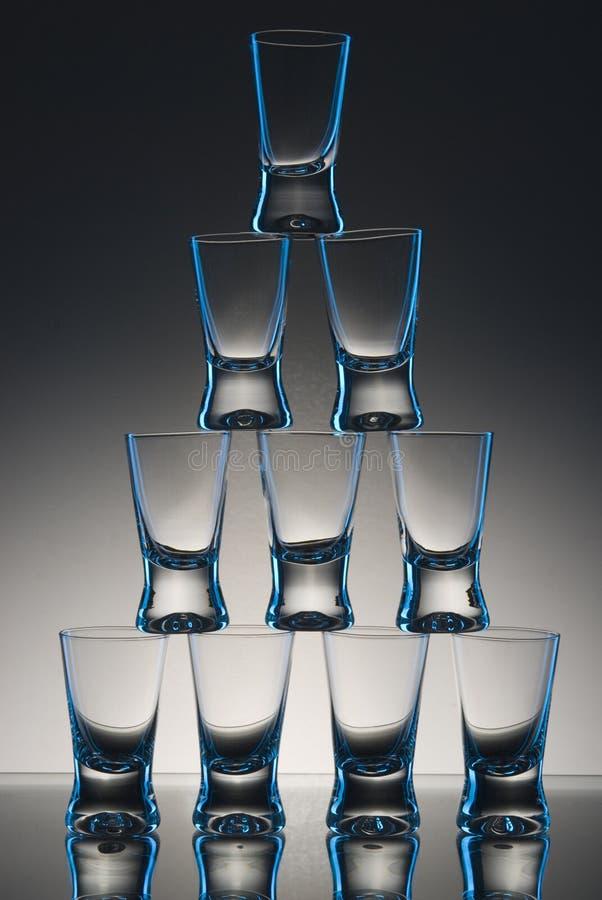 Vidros empilhados na tabela fotografia de stock