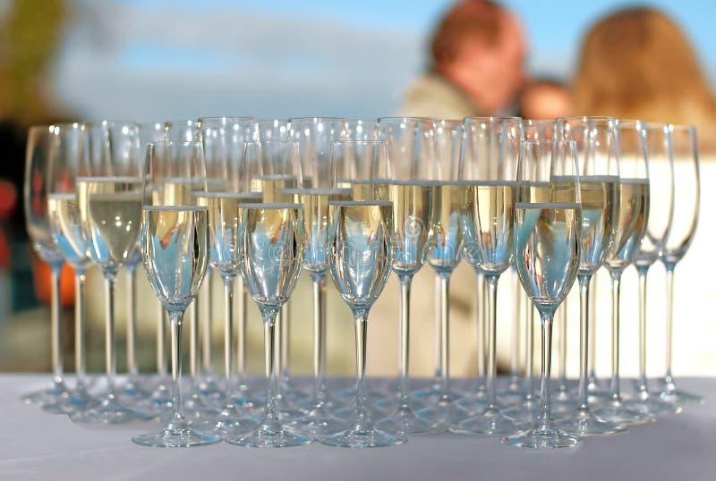 Vidros enchidos do champanhe em um partido de cocktail foto de stock