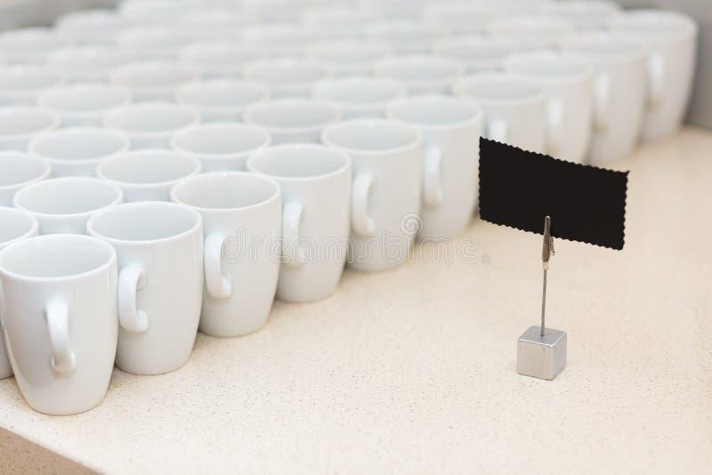 Vidros na tabela para a água quente imagens de stock
