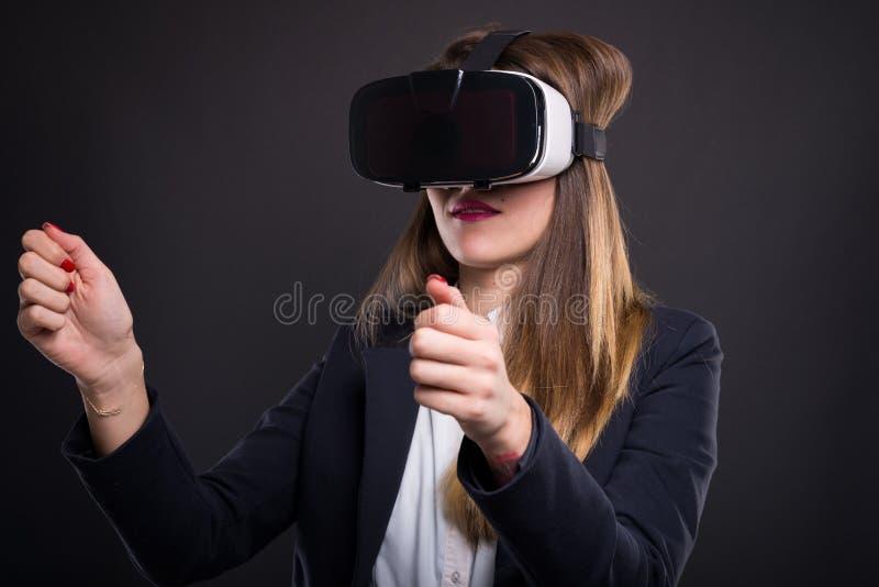 Vidros ou óculos de proteção do vr dos testes do gerente da jovem mulher imagens de stock royalty free