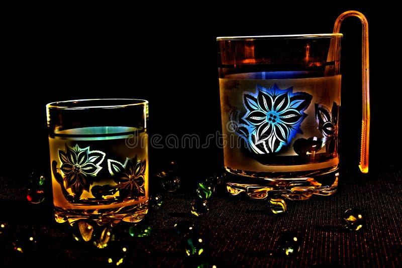 Vidros para bebidas com flores foto de stock royalty free