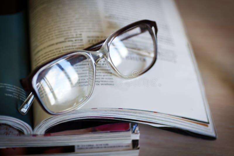Vidros para ler no compartimentos fotografia de stock royalty free
