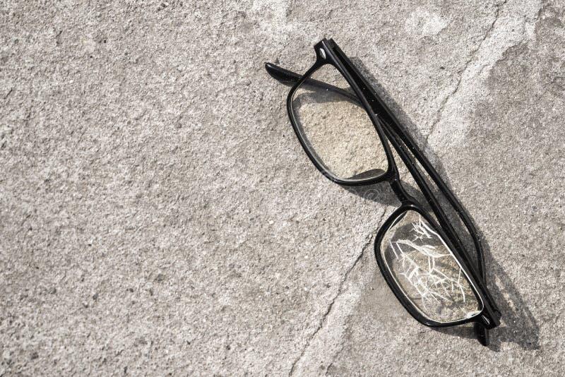 vidros quebrados que encontram-se no asfalto da rua imagem de stock royalty free