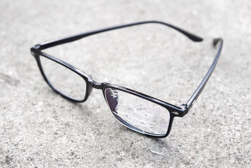 vidros quebrados que encontram-se no asfalto da rua fotografia de stock royalty free