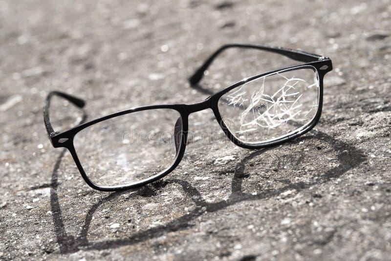 vidros quebrados que encontram-se no asfalto da rua fotografia de stock