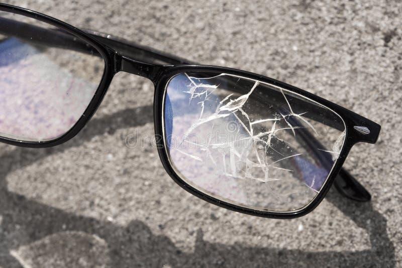 vidros quebrados que encontram-se no asfalto da rua imagens de stock royalty free