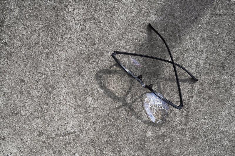 vidros quebrados que encontram-se no asfalto da rua foto de stock royalty free