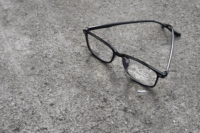 vidros quebrados que encontram-se no asfalto da rua fotos de stock