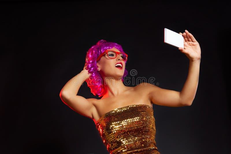 Vidros roxos loucos do divertimento do smartphone do selfie da menina da peruca imagem de stock royalty free