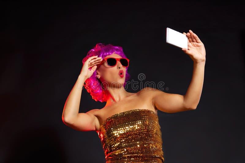 Vidros roxos loucos do divertimento do smartphone do selfie da menina da peruca imagem de stock