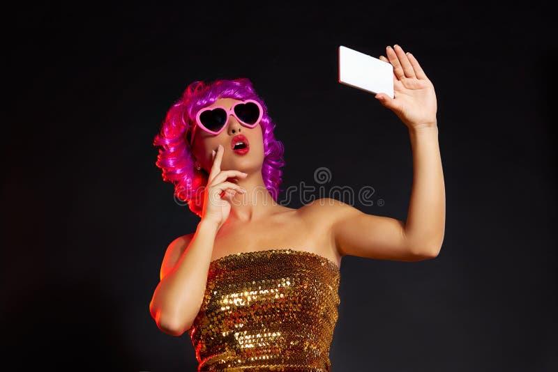 Vidros roxos loucos do divertimento do smartphone do selfie da menina da peruca fotografia de stock royalty free