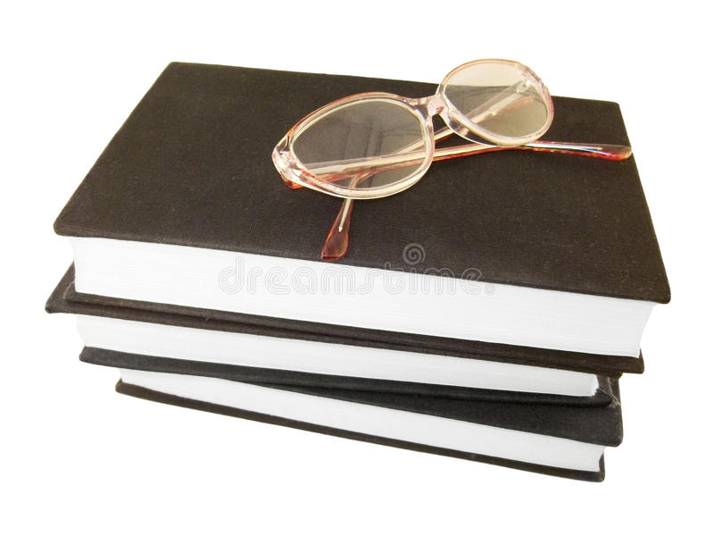 Vidros sobre alguns livros fotos de stock