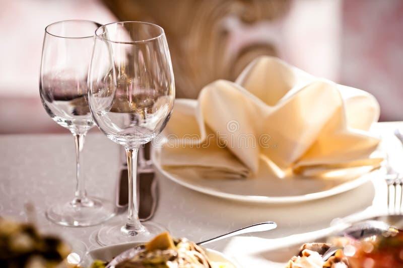 Vidros vazios ajustados no restaurante foto de stock royalty free