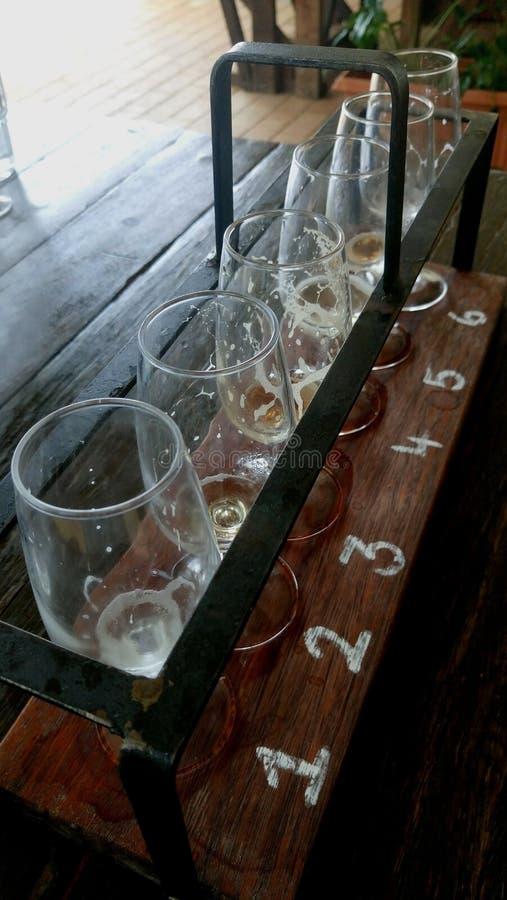 Vidros vazios com tipos diferentes de cerveja do ofício na barra de madeira fotos de stock royalty free