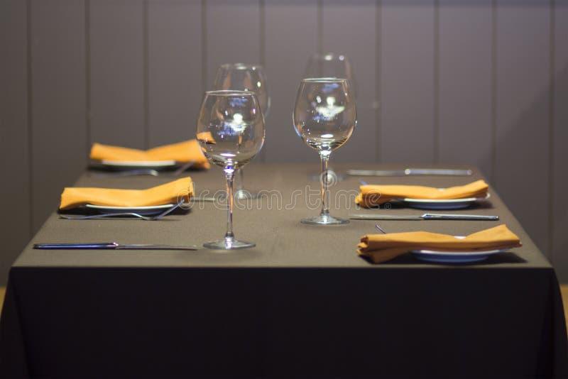 Vidros vazios em uma tabela no restaurante fotos de stock royalty free