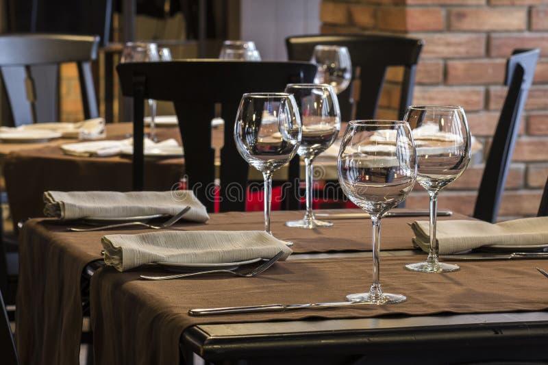 Vidros vazios em uma tabela no restaurante imagem de stock royalty free