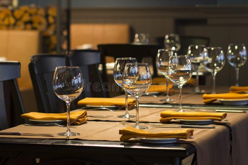 Vidros vazios em uma tabela no restaurante imagem de stock