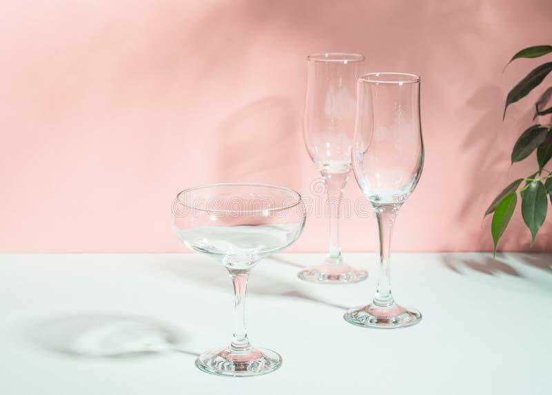 Vidros vazios para a luz brilhante do fundo do rosa do champanhe do vinho Minimalismo do conceito do verão Copie o espa?o Foco se fotos de stock royalty free