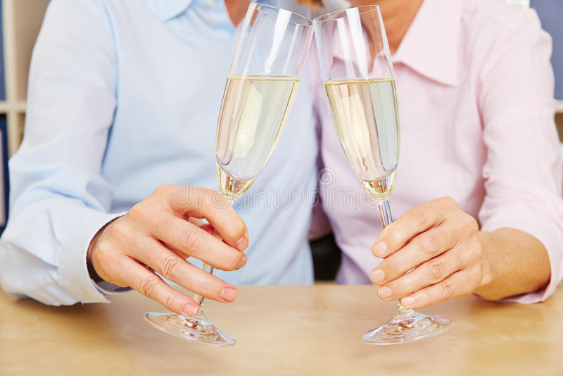Vidros velhos do tinido dos pares do champanhe fotos de stock