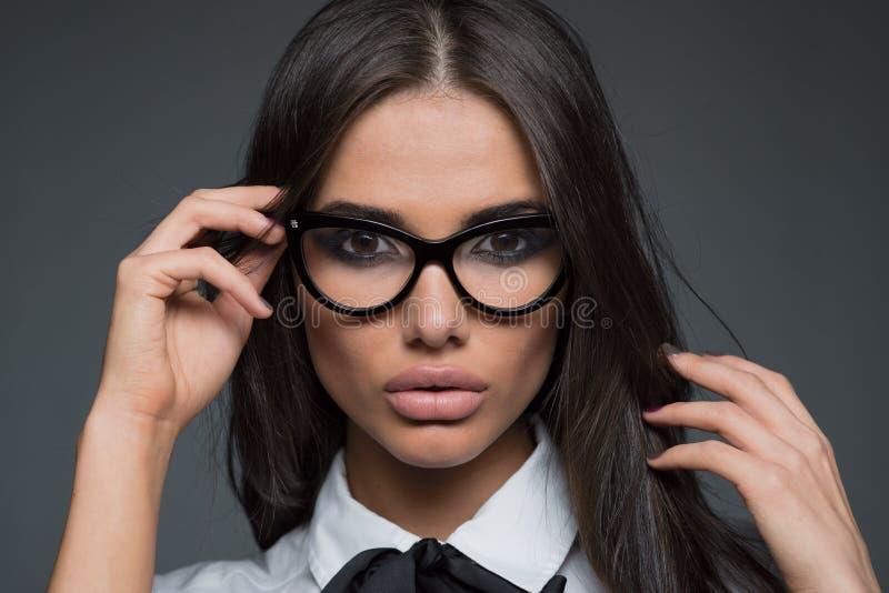 Vidros vestindo bonitos da mulher de negócio imagem de stock royalty free