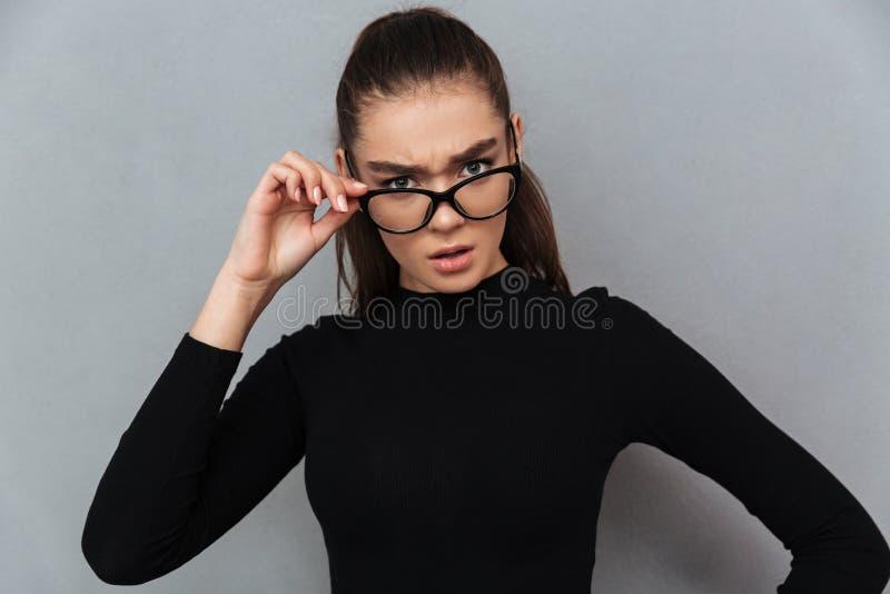Vidros vestindo chocados da mulher surpreendente nova imagem de stock