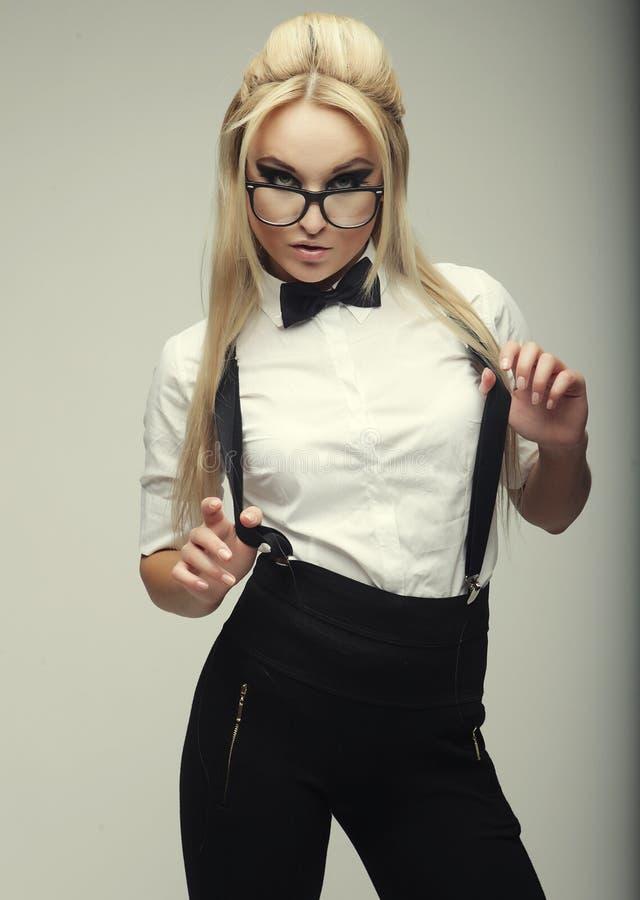 Vidros vestindo da jovem mulher bonita à moda do encanto imagens de stock