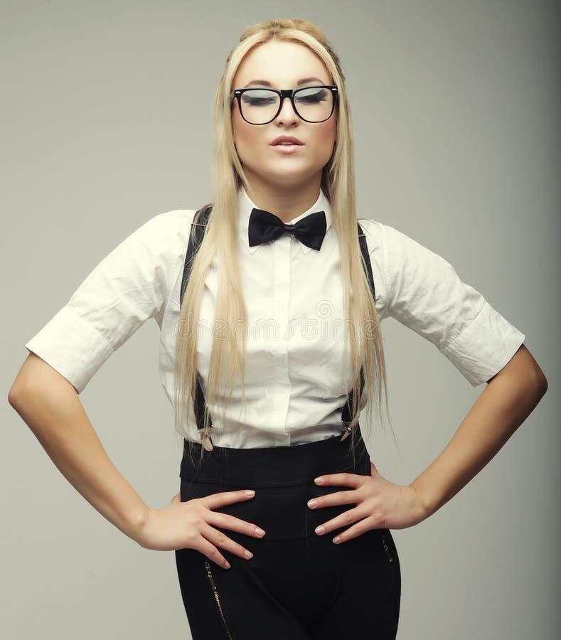 Vidros vestindo da jovem mulher bonita à moda do encanto fotos de stock royalty free