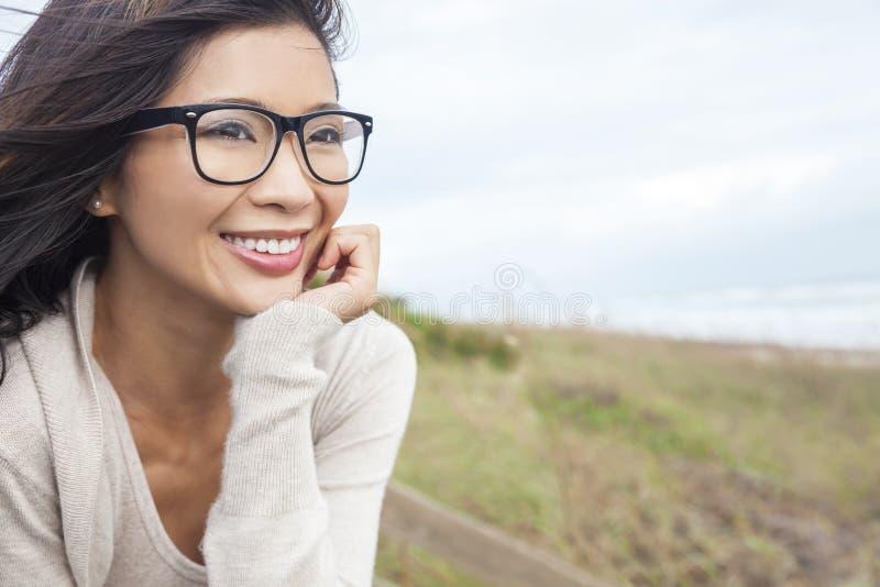 Vidros vestindo da mulher asiática chinesa fotografia de stock