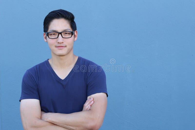 Vidros vestindo do homem asiático em um fundo azul - imagem conservada em estoque com espaço da cópia imagens de stock royalty free