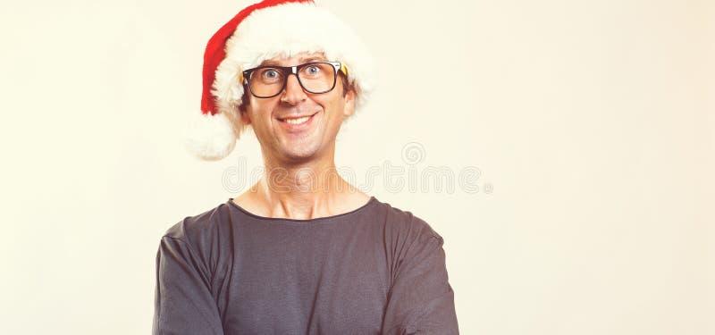 Vidros vestindo do homem considerável e um chapéu do Natal Homem feliz isolado em branco, espaço de Santa da cópia Homem novo des foto de stock