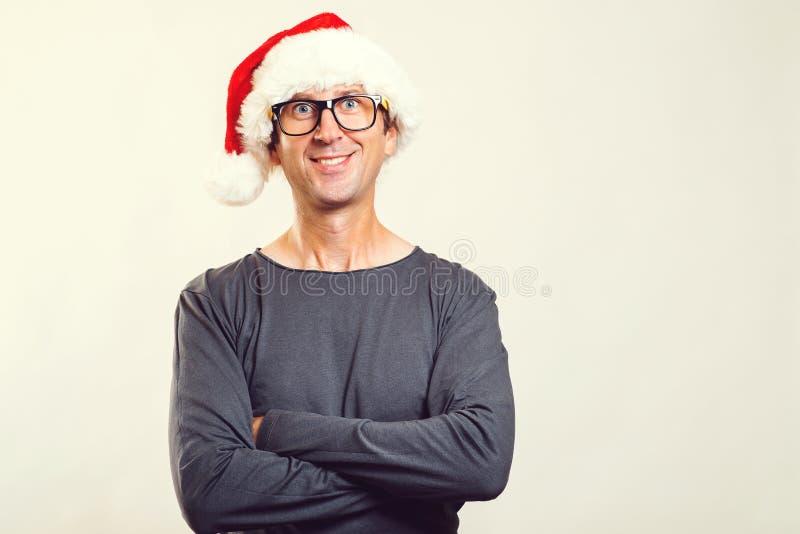 Vidros vestindo do homem consider?vel e um chap?u do Natal Homem feliz isolado em branco, espa?o de Santa da c?pia Homem novo des fotografia de stock
