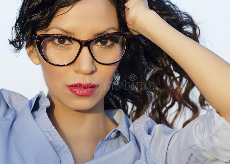 Vidros vestindo do olho da mulher de Oung fotografia de stock