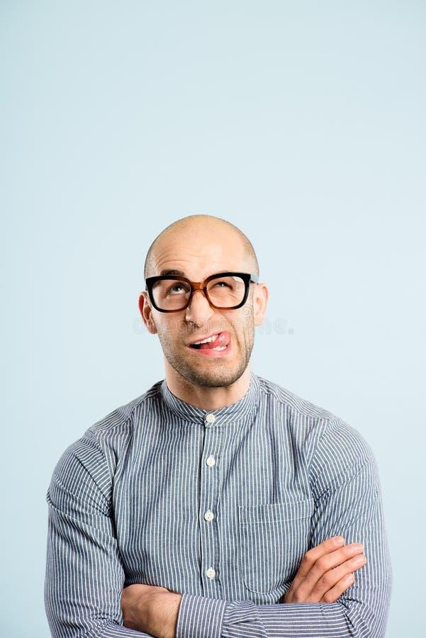 Fundo alto do azul da definição dos povos reais engraçados do retrato do homem fotos de stock