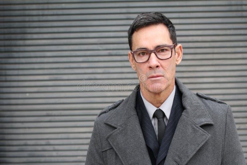 Vidros vestindo envelhecidos consideráveis do homem de negócios maduro fotos de stock