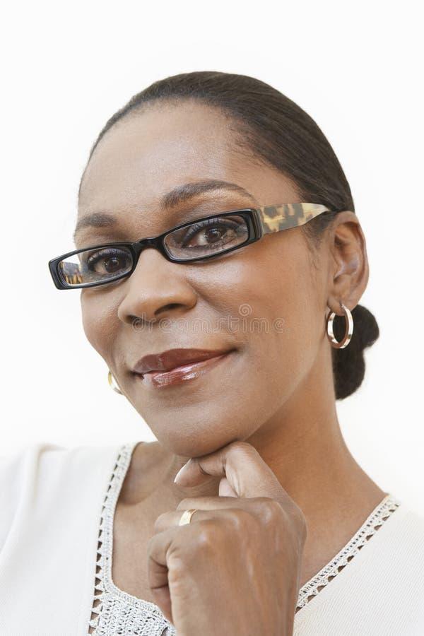 Vidros vestindo envelhecidos meio da mulher foto de stock