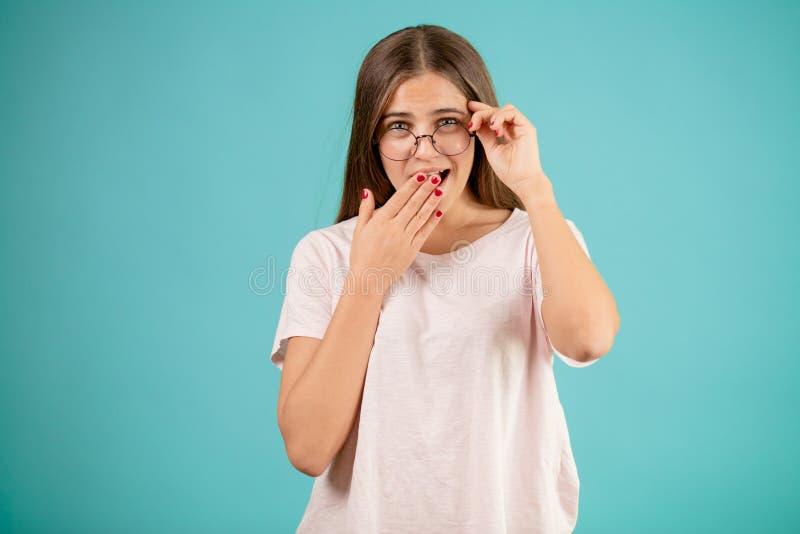Vidros vestindo fêmeas bonitos e toque de seus bordos imagem de stock