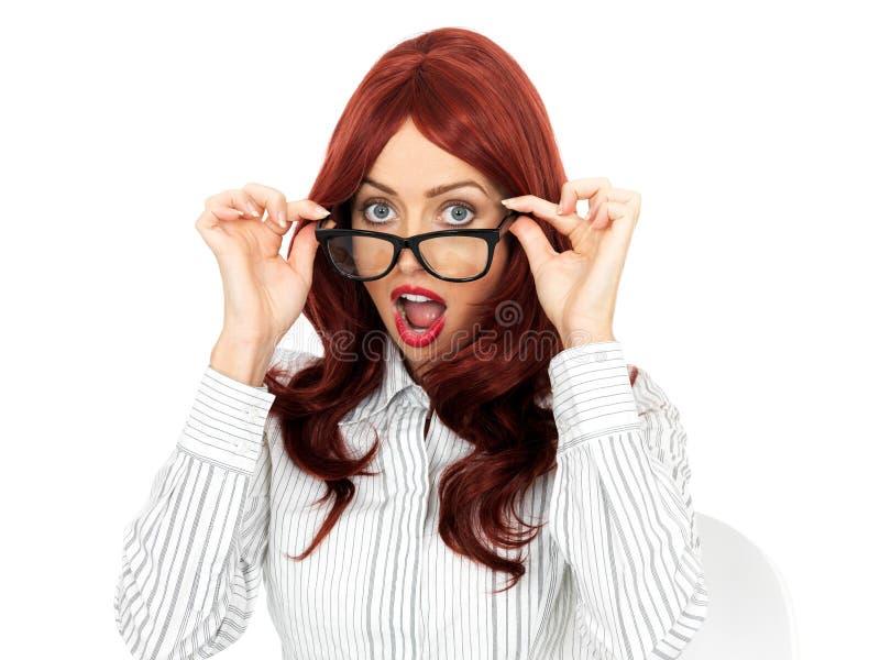 Vidros vestindo novos surpreendidos chocados da mulher de negócio fotografia de stock royalty free
