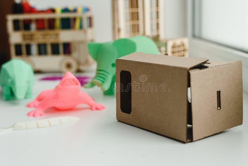 Vidros virtuais da realidade do cartão para crianças e figuras 3D fotos de stock royalty free