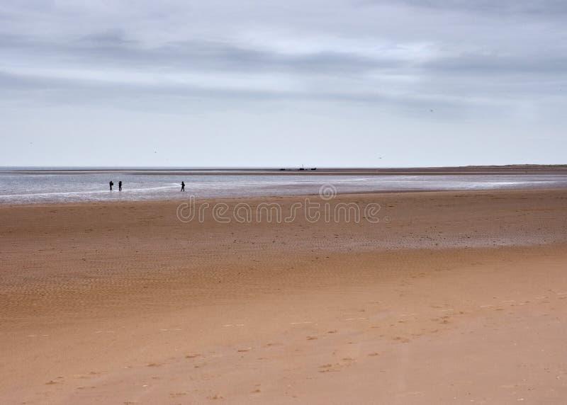 Vidsträckt strand och horisont med diagram, Norfolk, UK royaltyfria bilder