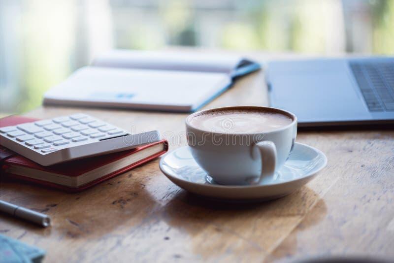 Vie active moderne, fonctionnant dans l'espace coworking, travail dans le matin avec du café, concept indépendant images libres de droits