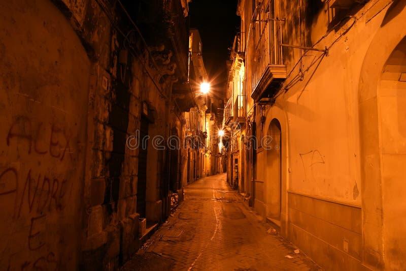 Vie antiche di Siracusa (Siracusa, Sarausa) alla notte immagini stock libere da diritti