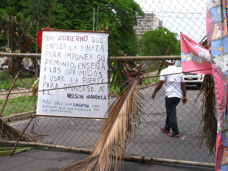 Vie bloccate dalle proteste antigovernative nella città di Puerto Ordaz, Venezuela immagine stock libera da diritti